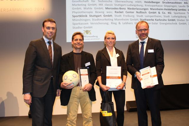 """Nils Schmid (stellv. Ministerpräsident) überreichte Tilo Späth (Leiter der Abteilung Gesundheitsförderung im AZR) und Sabine Volz, sowie Michael Homann (Geschäftsführer der Stadtwerke Karlsruhe) die Auszeichnung """"Partnerbetriebe des Spitzensports"""" ©AMR"""